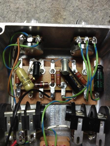 ゲルマニウムトランジスタのファズ、トーンベンダーにもいろいろあるようで、今回の回路はvox tone vender 。次はゲイリーハーストのデザインによるSolaSound Tone Bender Mk1.5を真似て作りたいなー