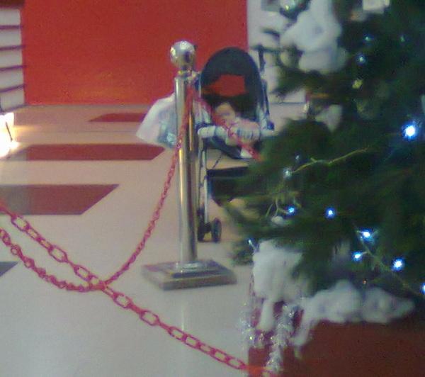 ini anak sapa yaaa ditinggal samping pohon natal *pengen nyulik*