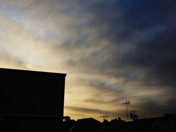 みなさん、おはようございます(^_−)−☆ライトグレーの雲が薄っすらと浮かぶ夜明けを迎えた東京🗼冷んやりとした空気が心地良い朝です😉昨晩はチームメイトとの例会(酒席)で盛り上がり、リフレッシュ😉 #MagicHour