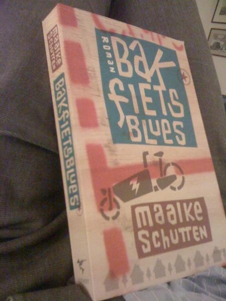 Nieuw boek op schoot. Geinig boekje. Volgende week zaterdag presentatie met Bakfiets-Valet-Park. Lachen. (@at5)