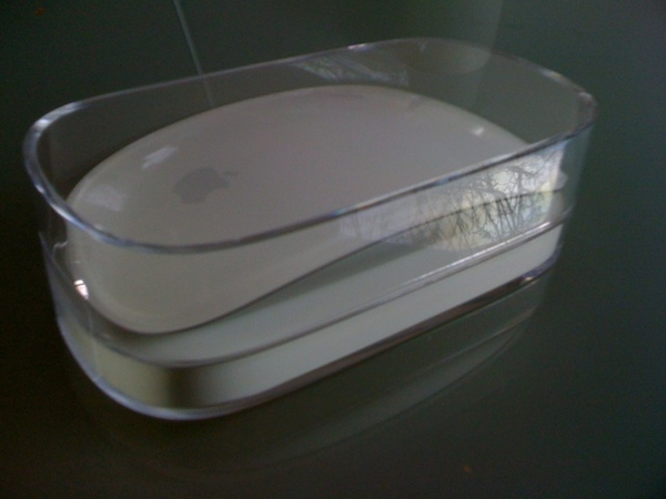 Hij (of is het zij) is binnen, de nieuwe Magic Mouse van Apple. Ben erg benieuwd, gauw aansluiten.