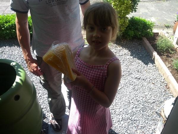 Onze lieve buurmeisje komt zo maar een groot stuk zelfgemaakte kaas brengen!