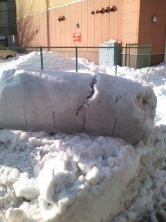 除雪した重機のショベルの形で残ってる雪の固まり(笑)