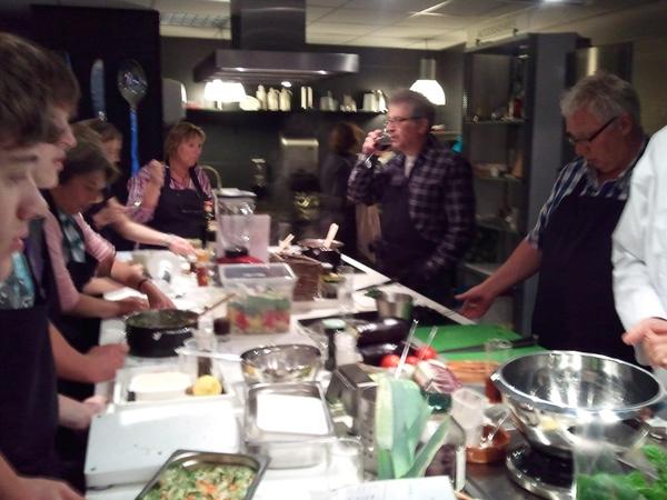Zijn druk bezig met de gerechten!