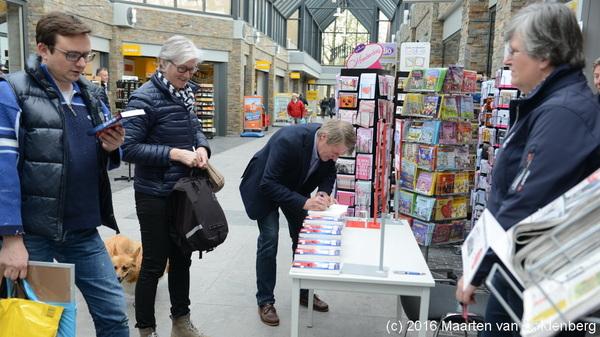Schrijver #laurensnutbey kwam zaterdagmiddag #signeren bij @Bruna_nl #rosmalen