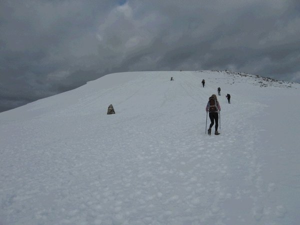 Last 100m of climb to go, cairns are 2m high so a lot of snow, no ice