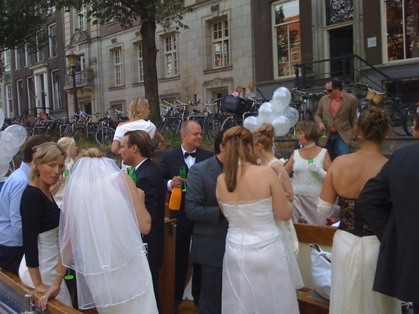 hilarious 10 yrs weddingparty with lots of brides & grooms