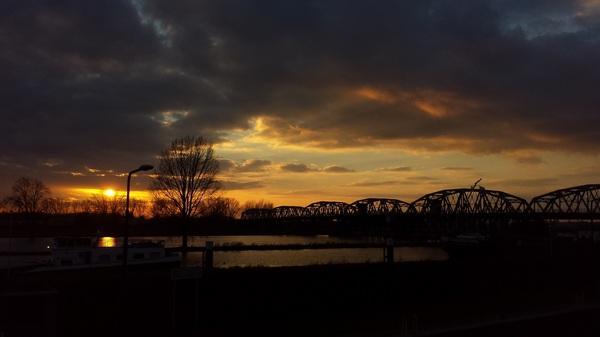 Sluis Grave prachtige zonsondergang met regenboogbrug #buienradar