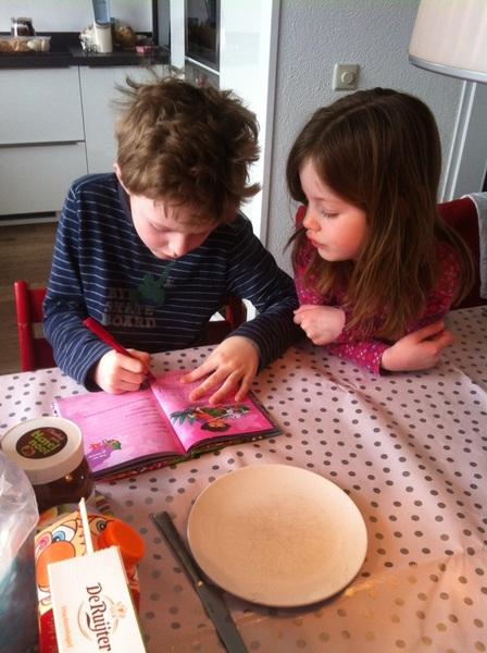Björn schrijft in vriendenboek Annebel. In blokletters, zodat zij het goed kan lezen!