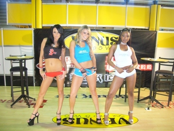 #OldSchool From our Mexico Convention appearance, me @RoxyReynolds & @clubalektrablue 