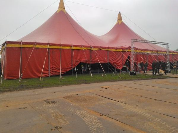 Ja de @rtvdrenthe tent op het bevrijdingsfestival valt goed op! Zaterdag 12.00 tot 17.00 uur live!