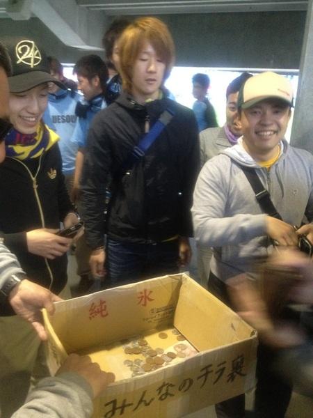 仙台のみんな   全員財布ひっくり返して小銭を全部いれてくれました!笑 ルピアかなんかも混ざってたけど…。感謝 #frontale