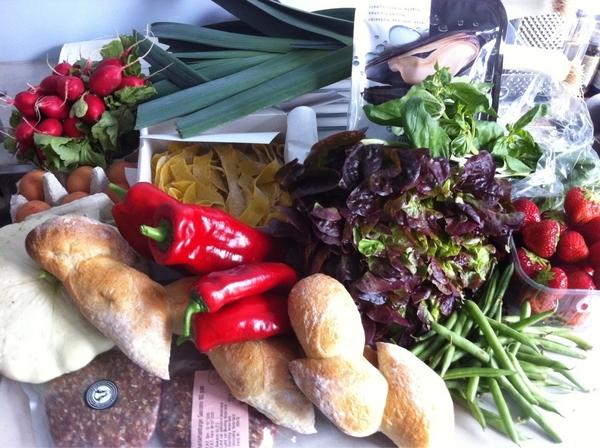 Wat een rijke opbrengst! Mossels, verse pasta, aardbeien, hamburgers, pattison, eitjes, radijs, bonen, brood... #dekrat