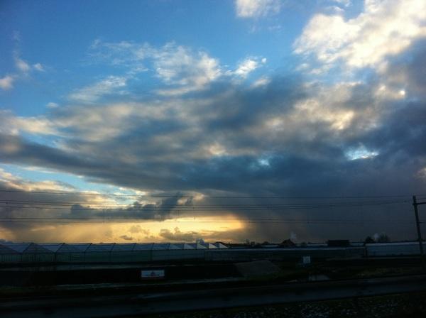 Met dit weer is het helemaal niet erg om in de auto te zitten, er komen genoeg mooie luchten voorbij! #buienradar
