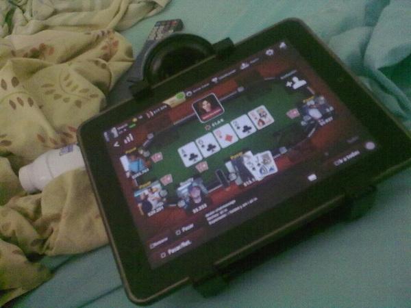 Jugando poker :3
