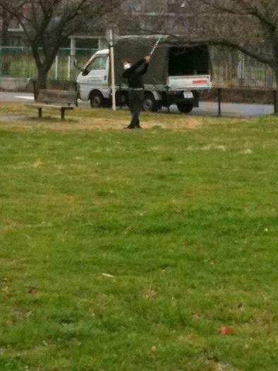 水元公園なう。バートンと散歩中にゴルフの練習している奴発見。マスクしているのは、花粉症?それとも後ろめたさ?