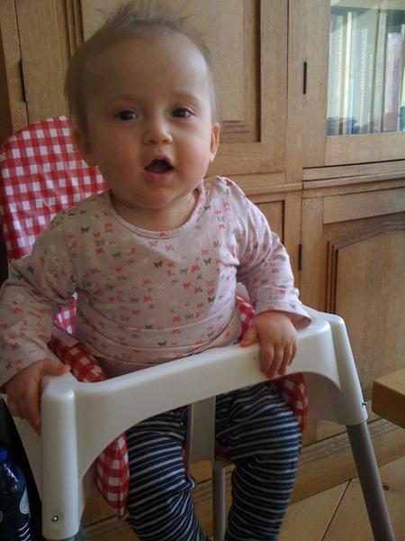 Heeft veel lol met kleine Annemijn die net een boterham op heeft.