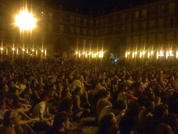 En esta otra foto que publica  @juanlusanchez tambiés se intuye lo que pasa en la Plaza Mayor. #15M #nopararemos