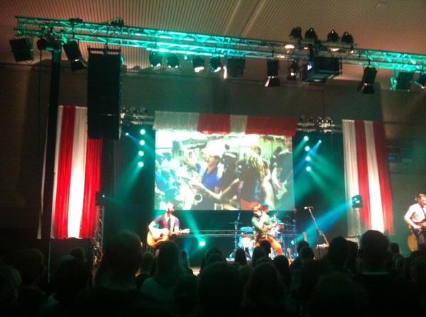 Concert van @bandtrinity was geweldig! Vooral 'Freedom I Want' met beelden van muzikanten uit Kenia. #quemas
