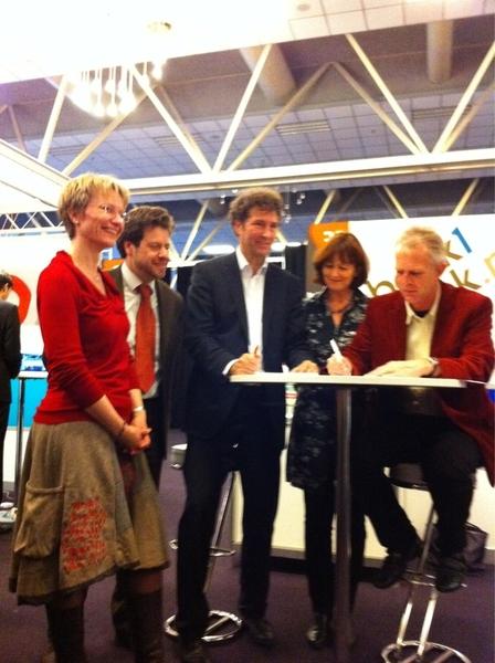 Ondertekening samenwerking Biebsearch junior en boek1boek #b2d10