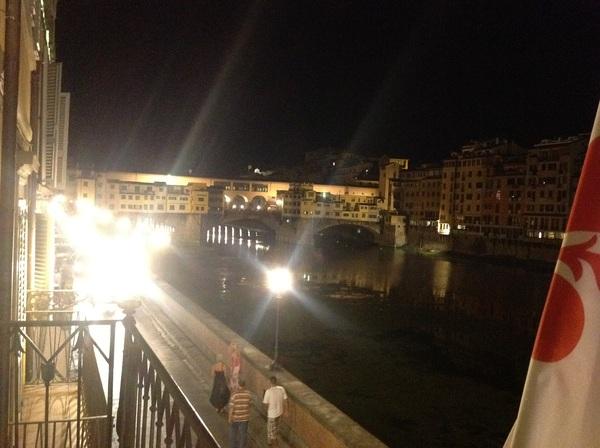 Met een goed glas wijn op het balkon, uitkijkend over de Ponte Vecchio en de Arno. hier zou ik aan kunnen wennen...