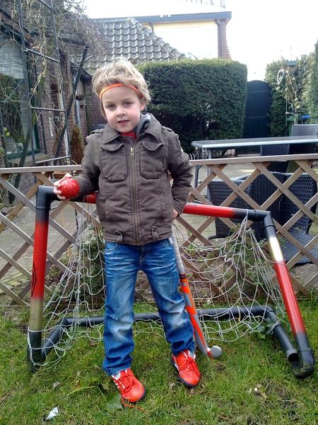 Zo merijn met z'n nieuwe hockey stick en schoenen alvast aan het oefenen in de tuin..