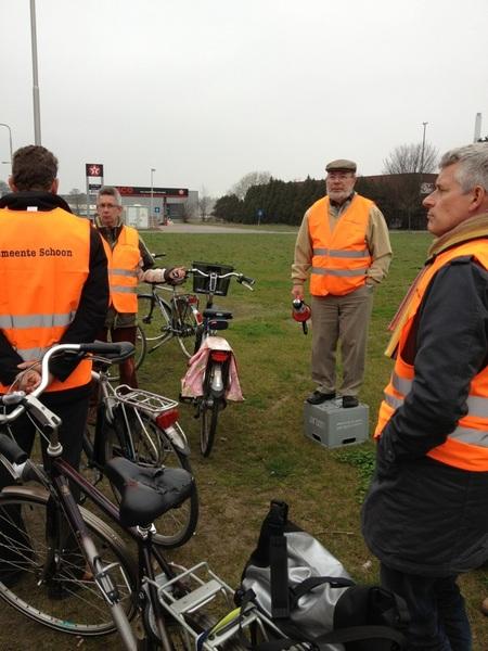 Toelichting van de voorzitter wijkplatform #Velsen Noord op diverse plekken in de wijk. Goed en nuttig initiatief!