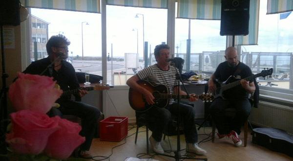 Zondagmiddag drie gitaristen, Baars, Van Pijlen & Merbis in Hotel #Savoy #boulevard #Katwijk . Feest! #fb