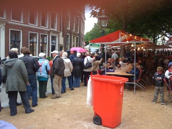 In de rij voor de hutspot op de Hooglandse Kerkgracht #3oktober #LeidensOntzet #Leiden