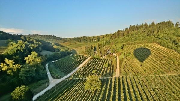 Enjoying a pretty view #Tuscany #balloon