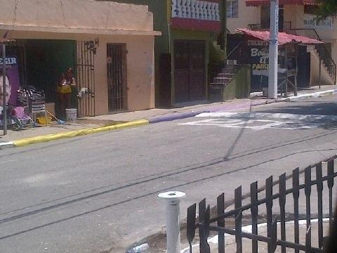 #Politica Desanpresivos se dedican a pintar aceras de colores de partido, el PLD esta vuerto una pena #llegopapa  @jhipolitose