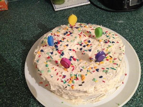 Aquí está terminado el pastel de happy birthday! Quedó padre no?