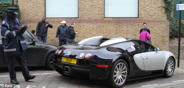 BREAKING #Cruijff en #Ling arriveren als eersten bij #Ledenvergadering #Ajax #Amsterdam - #Foto