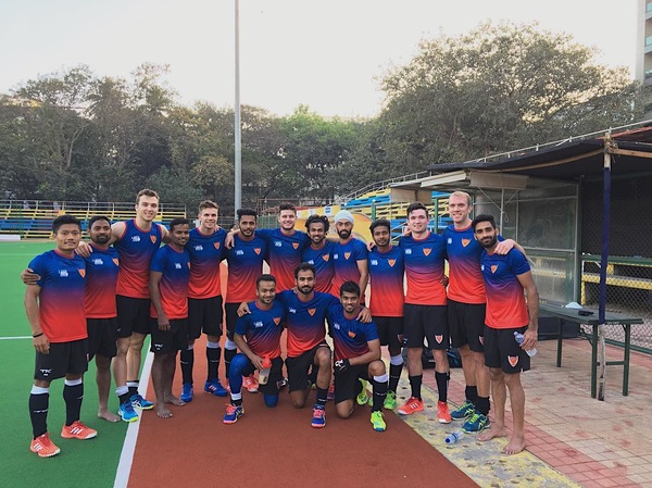 Meet all my indian friends from @dabangmumbaihc! 🇮🇳 First training session done. 💪🏼😁
