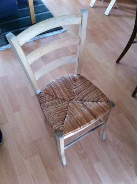 Iemand nog belang bij 3 van deze stoeltjes? Anders gaan ze het vuur op. #twitmarkt