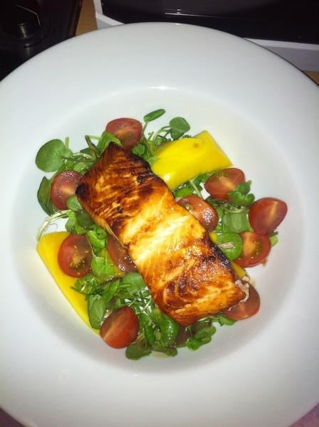 Salad of the day.. Salmon & mango nom nom #godimgood
