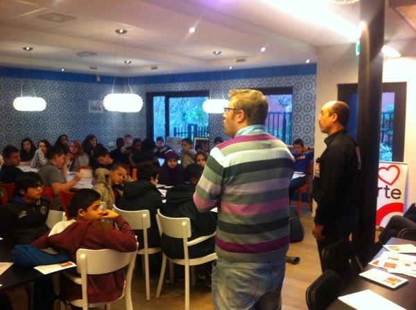 Leuk te zien hoe Erik van @Biking2Skool en Ben van @RVHdenhaag de leerlingen zo enthousiast toespreken