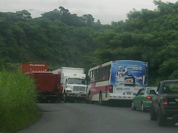 Un camión varado. Un bus y otro camión, ninguno quiere ceder. La presa interminable.