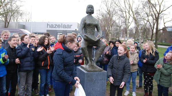 Zojuist de #onthulling van het beeld van het #lezend #meisje in #rosmalen met @ecsparenbos