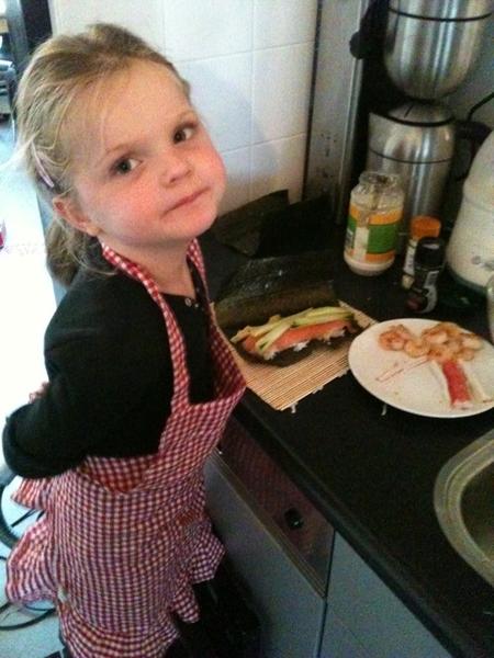 Gevalletje kinderarbeid: pip maakt sushi voor papa en mama