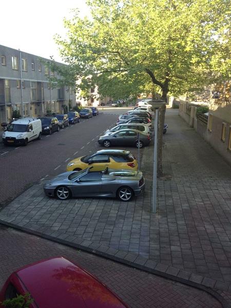 En Ferrari hebben betekent dus niet dat je kunt parkeren. Ik tel 5 lege plekken maar meneer moet op de stoep.
