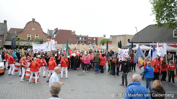 In t centrum van #rosmalen begin vanavond @BrabantGirlsCup parade. De meiden gingen in optocht naar @OJCRosmalen
