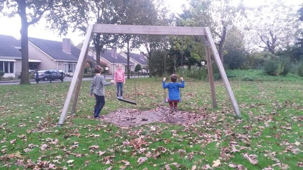 De Kids doen een verspring wedstrijd, merlijn liep net weg.