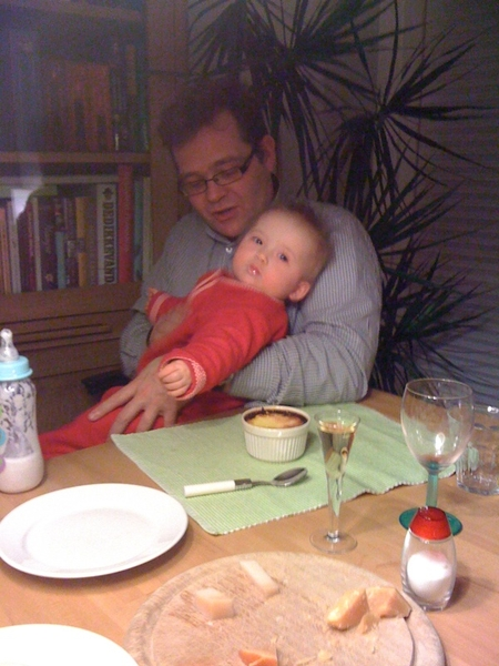 De kleine Annemijn zit even bij  @JosK op schoot en krijgt een papfles.