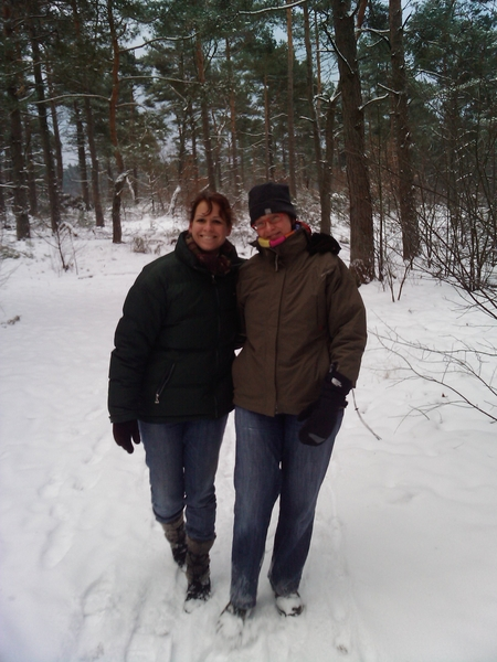 Lisa en Karin in de sneeuw