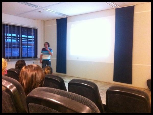 Nu bij @jwalphenaar over #crowdsourcing bij #fijh, voorbeelden zijn niet nieuw, zijn verhaal wel.