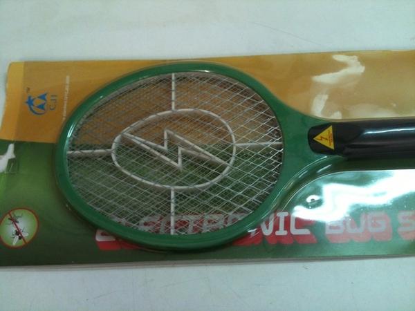 Nueva raqueta para jugar en el poli! chamusca moscas i mosquitos!! Jajaj  @alvarograu7 @mateuisimo @JorgeRocaLopez @Taengua