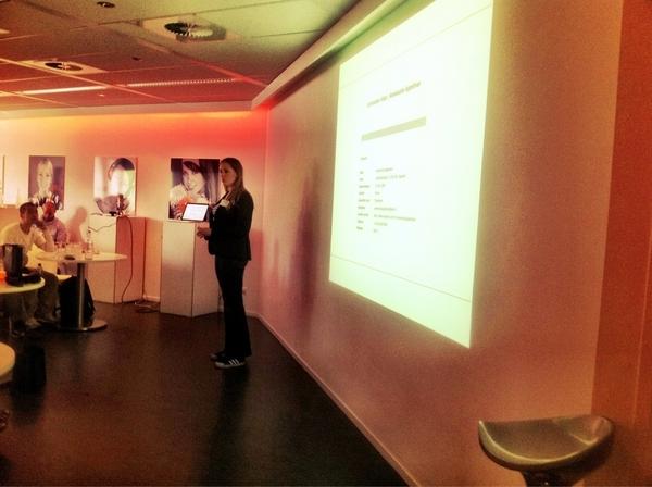 On stage: @annemarieapp. Leuke vrouw en dito verhaal! #personalbrand #Socialfriday