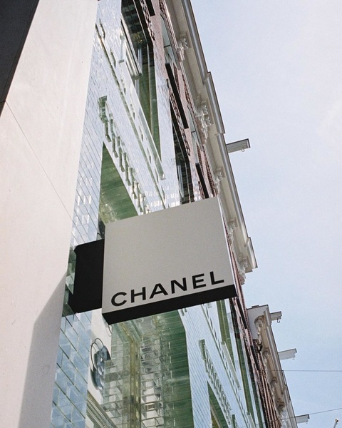 O o Chanel 😍 #pchooftstraat #amsterdam #shoppingstreet #designerwear #chanellover #thenextcloset #preloved #preowned ⠀ ⠀ Foto: @kimerich