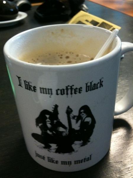 Drinkt oploscappuccino uit de mok van @grauenhaft. Zal hem leren.